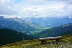在奥地利阿尔卑斯山的长凳 图库摄影