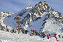 在奥地利阿尔卑斯, Ischgl竖立路标滑雪倾斜在高山滑雪区域 库存图片