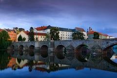在奥塔瓦河河的哥特式中世纪石桥梁 最旧的桥梁历史镇Pisek,南波希米亚,捷克共和国,欧洲 美丽 免版税库存图片