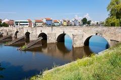 在奥塔瓦河河,镇Pisek,捷克共和国的哥特式石桥梁 免版税库存照片