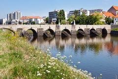 在奥塔瓦河河, Pisek,捷克共和国的哥特式石桥梁 图库摄影