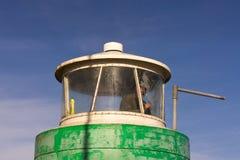 在奥尔胡斯的游艇港口,丹麦供以人员清洗小灯塔的窗口 免版税库存照片