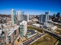 在奥斯汀得克萨斯现代大厦和公寓的天线在晴朗的蓝天下午期间 免版税库存照片