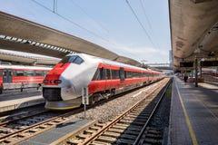 在奥斯陆中央驻地的挪威高速火车 免版税库存图片
