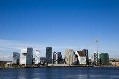 在奥斯陆市中心和天空的计算机条码大厦 库存照片