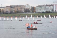 在奥林匹克火炬传递的小风船 免版税库存照片