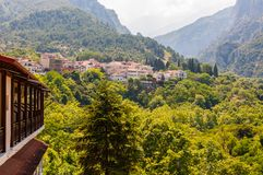 在奥林匹斯山的普遍的旅游全景观点从下面从有它的舒适旅馆的,公寓Litochoro镇,风景 免版税库存图片