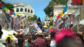 在奥林达街道,巴西,最传统的巴西街道狂欢节的叶片 股票视频