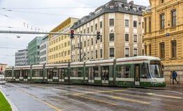 在奥格斯堡-德国,巴伐利亚的街道上的现代电车 免版税库存图片