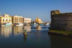 在奥特朗托海岸的看法与港口, Salento,普利亚, Italyrr 免版税库存图片