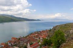 在奥赫里德湖的美丽的景色从阿尔巴尼亚 免版税库存图片