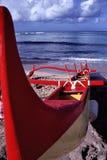 在奥阿胡岛海滩的舷外架小船在夏威夷 免版税库存图片