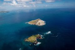 在奥阿胡岛附近的直升机游览 库存照片