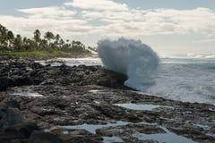 在奥阿胡岛,夏威夷的碎波 库存图片