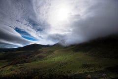 在奥韦涅的山的雾在法国 库存图片