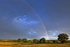 在奥韦涅风景的彩虹 免版税库存图片