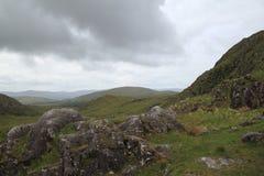 在女人空白的风雨如磐的天空,爱尔兰 免版税库存图片