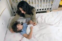 在女儿母亲之上 免版税库存照片