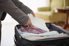 在女商人的特写镜头在旅馆里打开皮箱 库存图片