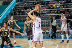 在女孩中的竞争篮球 免版税库存照片