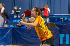 在女孩之中的乒乓球竞争 免版税库存照片