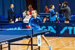 在女孩之中的乒乓球竞争 免版税库存图片