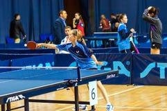 在女孩之中的乒乓球竞争 免版税图库摄影