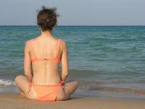 在女孩之后的海滩 免版税图库摄影