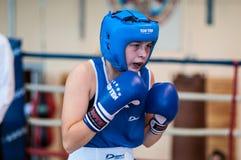 在女孩之间的竞争拳击。 免版税图库摄影