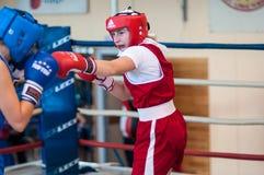 在女孩之间的竞争拳击。 免版税库存照片