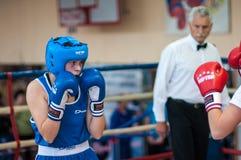 在女孩之间的竞争拳击。 免版税库存图片