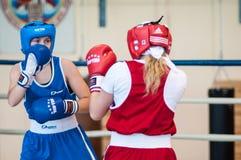 在女孩之间的竞争拳击 免版税库存照片