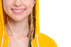 在女孩听的音乐的特写镜头在耳机 库存照片