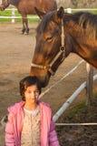 在女孩和马之间的爱 免版税库存图片