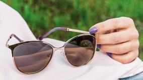 在女孩的太阳镜 免版税库存照片