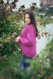 在女孩的紫罗兰色编织羊毛衫有长的头发的 库存图片