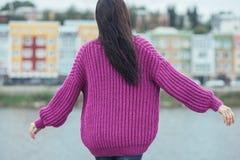 在女孩的紫罗兰色编织羊毛衫有长的头发的 免版税图库摄影
