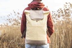 在女孩的肩膀的背包 免版税库存图片