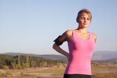 在女孩的背部受伤在健身以后 库存图片