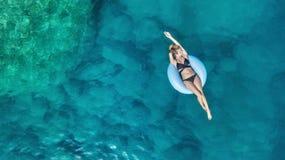 在女孩的鸟瞰图在海 从空气的绿松石水作为从空气的背景 库存图片