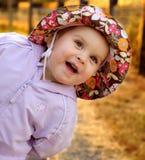 在女孩蠢材的婴儿附近 免版税库存照片