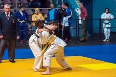 在女孩,奥伦堡,俄罗斯中的柔道竞争 库存图片