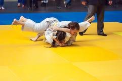 在女孩,奥伦堡,俄罗斯中的柔道竞争 库存照片