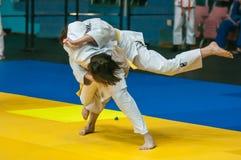 在女孩,奥伦堡,俄罗斯中的柔道竞争 免版税图库摄影