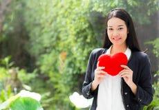 在女实业家手妇女的红色心脏有希望概念的 免版税图库摄影