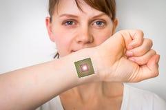 在女性人体的利用仿生学的芯片处理器植入管 库存图片