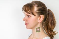 在女性人体的利用仿生学的芯片处理器植入管 库存照片