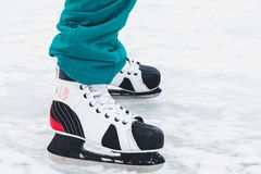 在女性冰鞋鞋子的腿在冰说谎 免版税库存照片