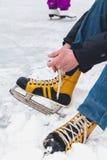 在女性冰鞋鞋子的腿在冰说谎 库存图片