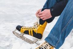 在女性冰鞋鞋子的腿在冰说谎 库存照片